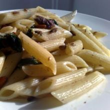 Makaron ze szpinakiem anchoi i orzechami pinii