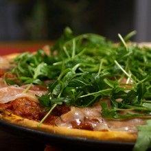 Pizza_z_rukola_i_szynka_wloska