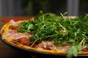 pizza z rukola i szynka parmenska 300x199 Pizza z rukolą i szynką parmeńską