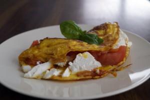 Wytrawny omelt z pomidorami i serem feta 300x199 Wytrawny omlet z pomidorami i serem feta