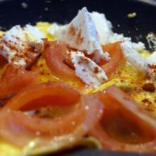 Wytrawny omlet z pomidorami i serem feta przygotowanie 220x220 Przepisy kulinarne