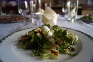 salatka z grzankami i jajkami przepiorczymi