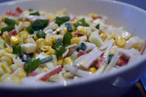 przepis na krabowo makaronowa salatke z kukurydza 300x199 Sałatka z paluszkami krabowymi