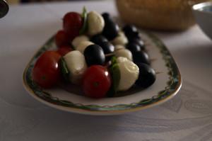 przepis na szybka przystawke z mozzarelli pomidorkow oliwek 300x199 Szaszłyki z mozzarelli, pomidorków i oliwek