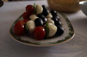 przepis na szaszłyki z mozzarelli, pomidorów i oliwek